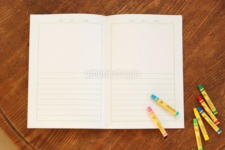 絵日記帳とクレヨンの写真素材 [FYI01946405]
