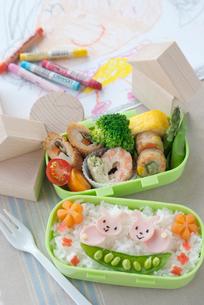 子供の描いた絵とウサギのキャラクター弁当の写真素材 [FYI01946496]