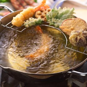 天ぷらを揚げるの写真素材 [FYI01946524]