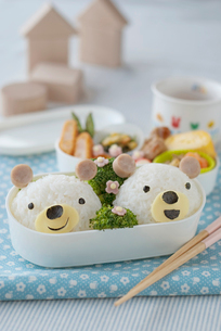 クマのキャラクター弁当と積み木の写真素材 [FYI01946536]