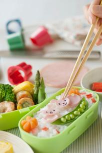 ウサギのキャラクター弁当を作る手元の写真素材 [FYI01946541]