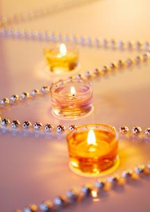 シルバーのボールチェーンとクリスマスのキャンドルの写真素材 [FYI01946549]