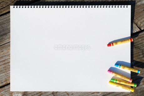 スケッチブックとクレヨンの写真素材 [FYI01946570]
