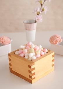 枡に盛った雛あられと桜の花の写真素材 [FYI01946698]