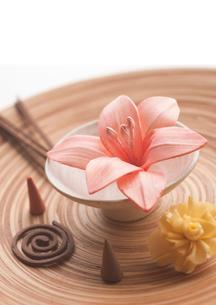 ピンクのフラワーポプリとお香の写真素材 [FYI01946757]