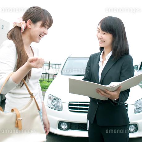 車のセールスするビジネスウーマンの写真素材 [FYI01946772]