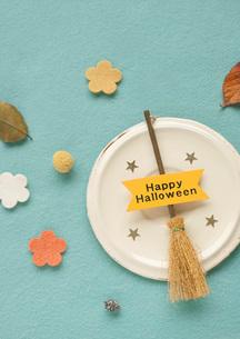 ハロウィンのほうきと秋の落ち葉の写真素材 [FYI01946785]