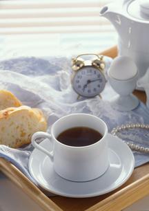 コーヒーとパンと目覚まし時計の写真素材 [FYI01946880]