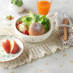 手作りパンのあるワンプレートランチとリンゴのウサギの写真素材 [FYI01946936]