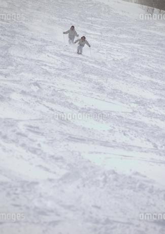 スキーをする2人の写真素材 [FYI01946953]