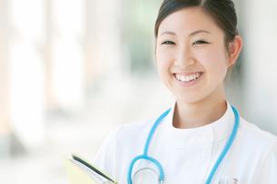 ファイルを持ち微笑む看護師の写真素材 [FYI01947009]