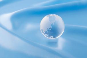 水色の布と地球の写真素材 [FYI01947012]