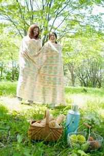 布に包まり遊ぶ2人の女性の写真素材 [FYI01947028]