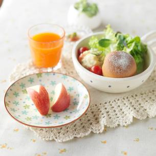 手作りパンのあるワンプレートランチとリンゴのウサギの写真素材 [FYI01947042]