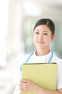 ファイルを持ち微笑む看護師の写真素材 [FYI01947058]