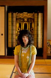 和室に佇む女性の写真素材 [FYI01947104]