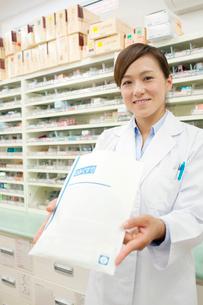 薬を渡す薬剤師の写真素材 [FYI01947128]