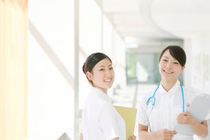 2人の看護師の写真素材 [FYI01947153]