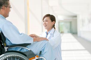 患者の手を握る女医の写真素材 [FYI01947219]