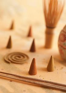和紙の上に並べた沢山のお香の写真素材 [FYI01947247]