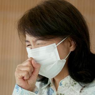 マスクをして咳き込むシニア女性の写真素材 [FYI01947269]