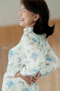 腰痛に悩むシニア女性の写真素材 [FYI01947278]