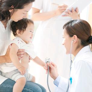赤ちゃんの診察をする女医の写真素材 [FYI01947282]