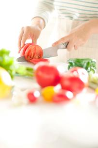 野菜を切る女性の手元の写真素材 [FYI01947295]