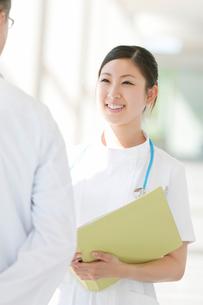医師と打合せをする看護師の写真素材 [FYI01947308]