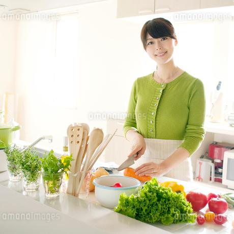 キッチンで料理をする女性の写真素材 [FYI01947312]
