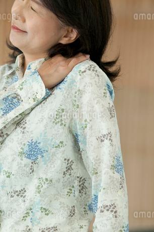 肩こりに悩むシニア女性の写真素材 [FYI01947316]