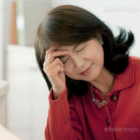 頭痛に悩むシニア女性の写真素材 [FYI01947361]