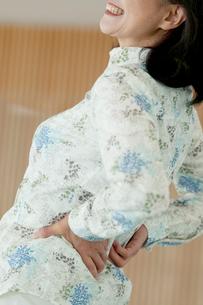 腰痛に悩むシニア女性の写真素材 [FYI01947393]