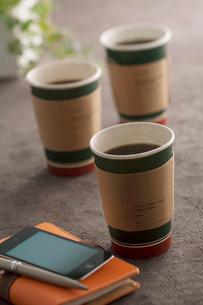 コーヒーとビジネス小物の写真素材 [FYI01947430]