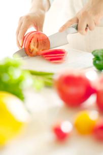 野菜を切る女性の手元の写真素材 [FYI01947513]