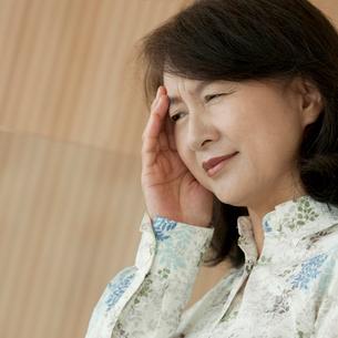頭痛に悩むシニア女性の写真素材 [FYI01947543]