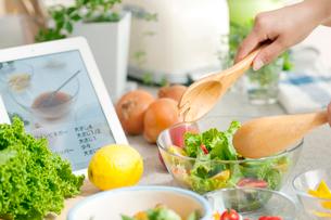 タブレットPCのレシピとサラダの写真素材 [FYI01947592]