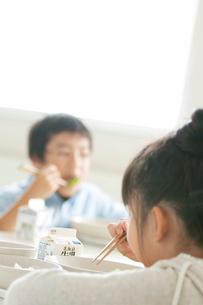 給食を食べる小学生の写真素材 [FYI01947629]