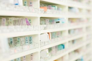 薬局の薬棚の写真素材 [FYI01947650]