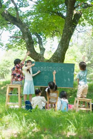 野外授業をする先生と小学生の写真素材 [FYI01947660]