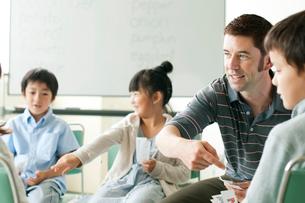 小学生と外国人教師の写真素材 [FYI01947668]