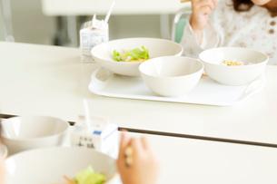 給食を食べる小学生の写真素材 [FYI01947672]