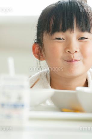 給食を食べる小学生の写真素材 [FYI01947674]