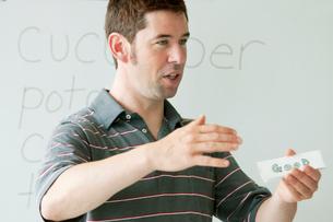 英語の授業をする外国人教師の写真素材 [FYI01947675]