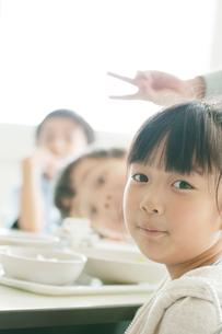 教室で微笑む小学生の写真素材 [FYI01947676]