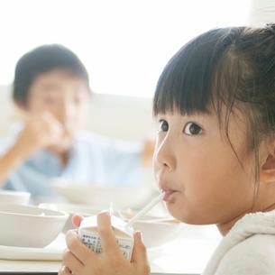 牛乳を飲む小学生の写真素材 [FYI01947677]