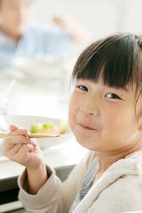 給食を食べる小学生の写真素材 [FYI01947680]
