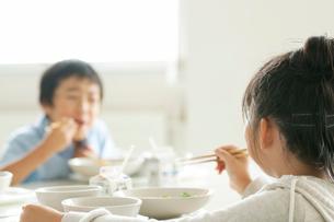 給食を食べる小学生の写真素材 [FYI01947683]