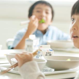 給食を食べる小学生の写真素材 [FYI01947684]