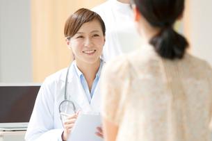 カウンセリングをする女医と患者の写真素材 [FYI01947686]